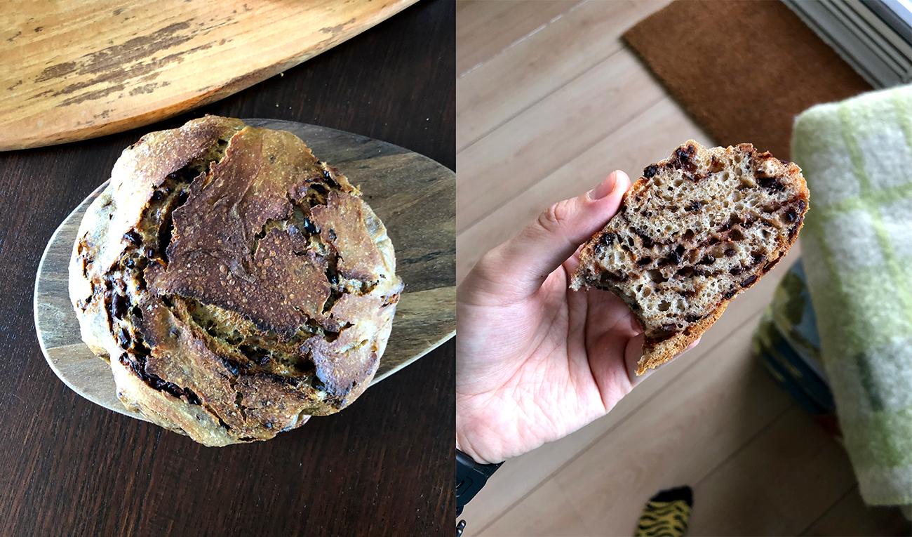 Twee foto's naast elkaar van een prachtig olijvenbroodje: het hele ronde brood en de dwarsdoorsnede van een boterham met perfect verdeelde stukjes tapenade.